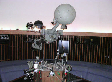 Planetarium projection instrument
